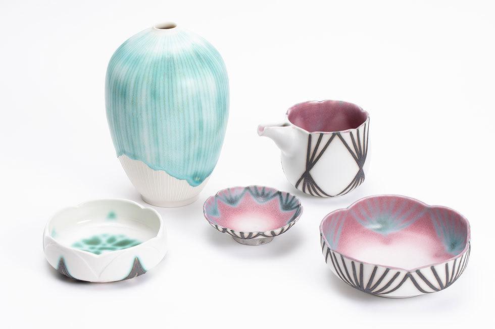 (左から) 小皿「翠雨」 / 花器「雨しずく」 / 緋線模様盃 / 緋線模様片口 / 緋線模様梅小鉢