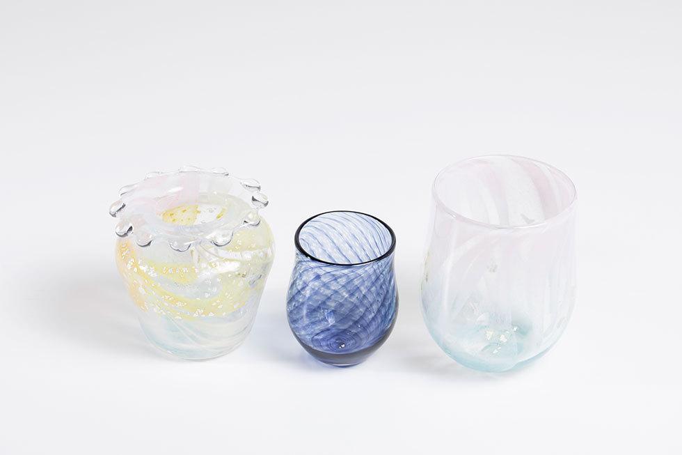 (左から) はなごろも 花器 / 夜のとばり ミニグラス蕾の形 / つぼみのグラス
