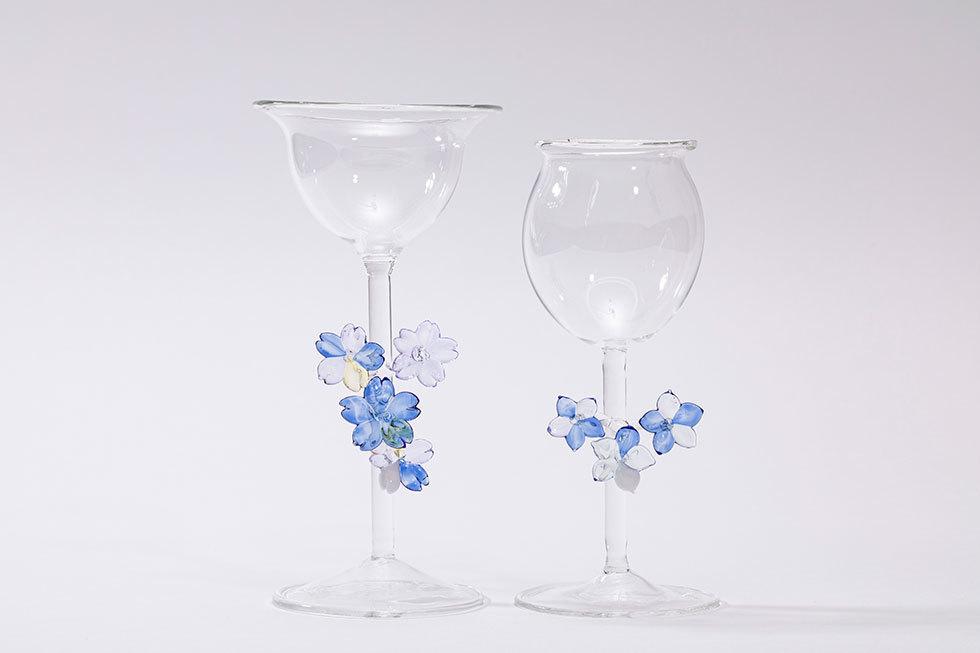 やさしくうつろう / 淡い青色の花のグラス B