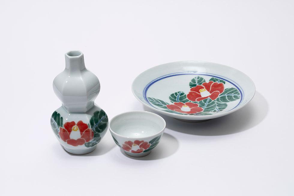 (左から) 釉下彩椿文面取徳利 / 釉下彩椿文酒盃 / 釉下彩椿文皿
