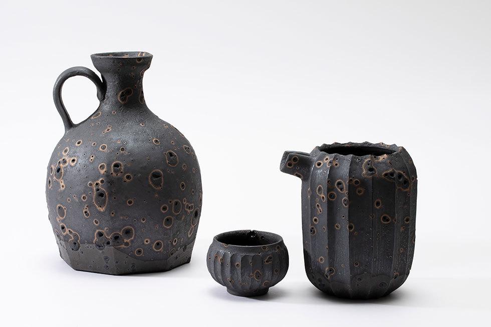 (左から) 黒金彩八角水差し花器 / 黒金彩鎬模様ぐいのみ / 黒金彩鎬模様片口