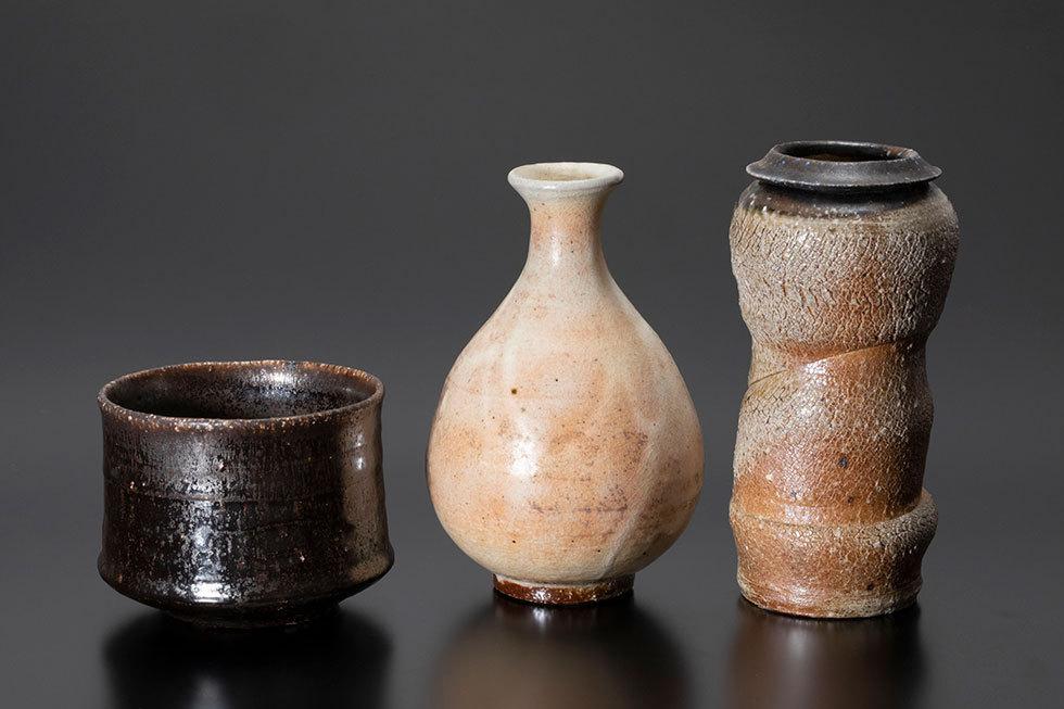 (左から) 黒釉茶碗 / 粉引徳利 / 花入れ