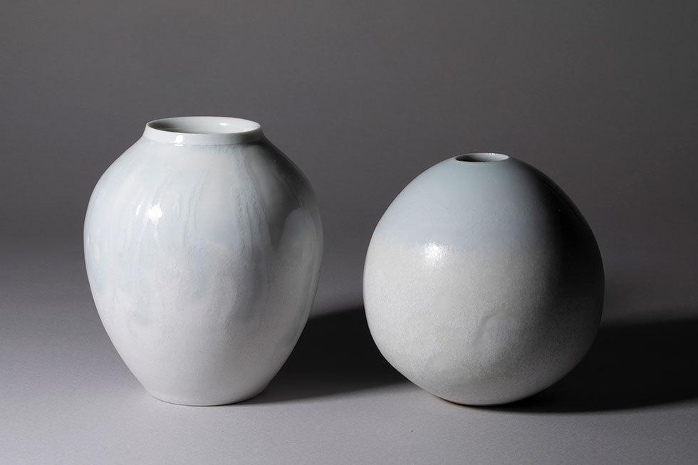 (左から) 花器 -雪融- / 花器 -淡雪-