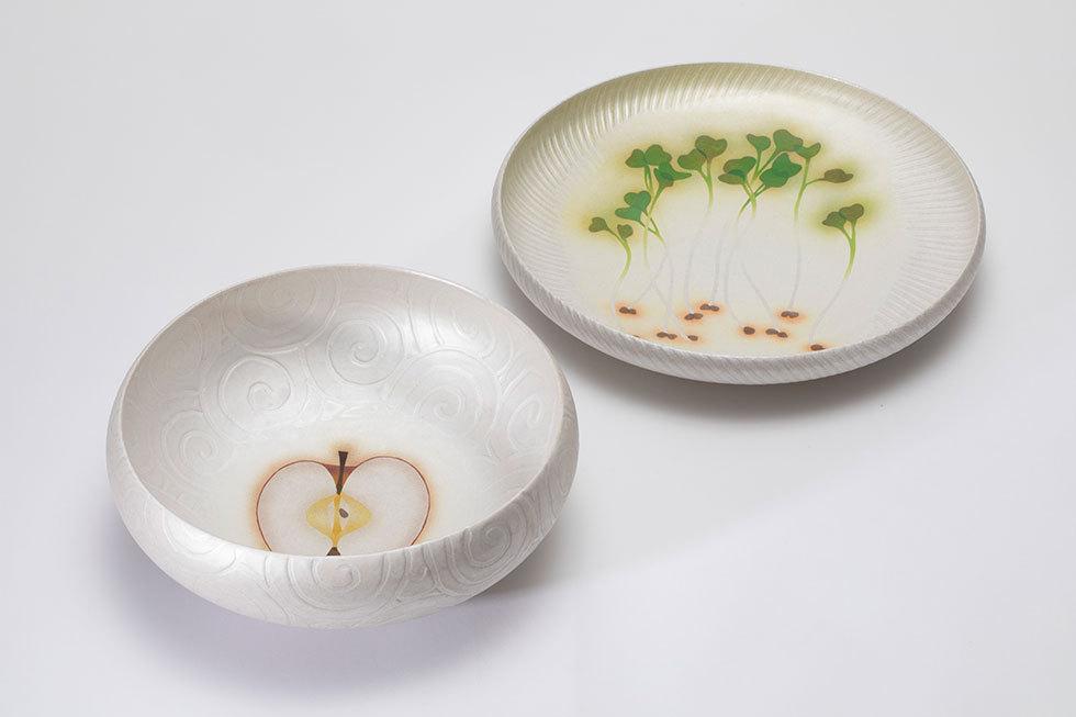 (左から) 銀泥彩磁りんご文鉢 / 銀泥彩磁かいわれ文鉢
