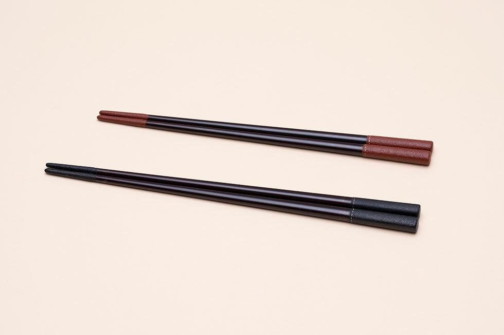(手前から) 革塗り箸 黒 / 革塗り箸 赤
