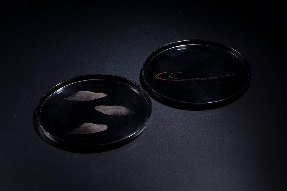 (左)乾漆菓子盆「風花」/ (右) 乾漆菓子盆「風光」