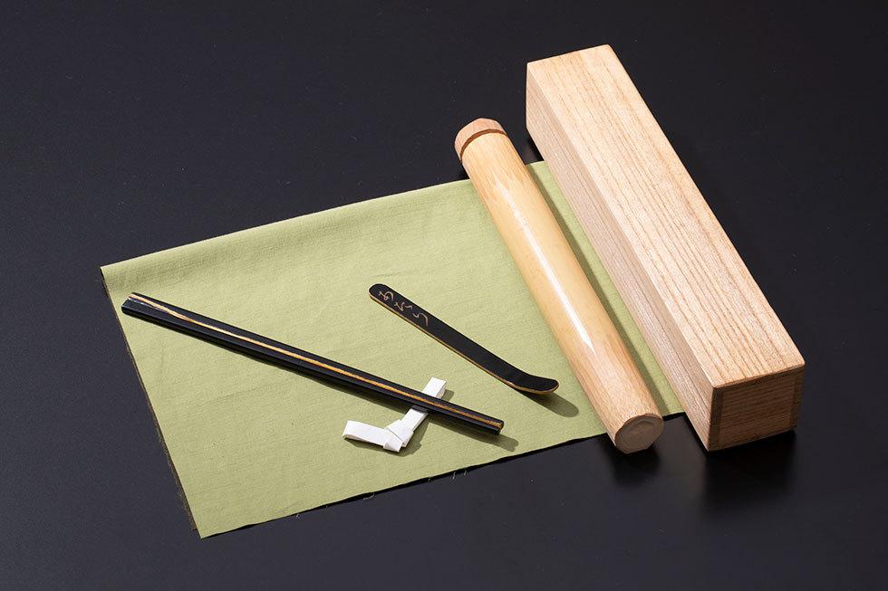 (左) 蒔絵箸『「お箸いくつお付けしますか?」「あ、一膳お願いします…」』/ (右) 蒔絵茶杓『我離我離訓』