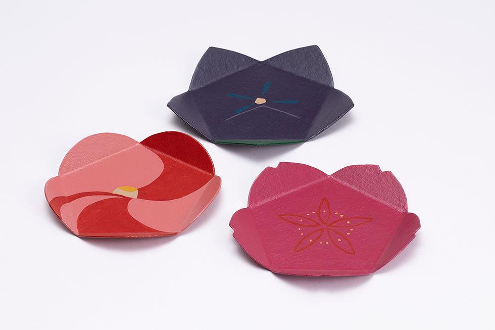 (奥) 紙胎手許皿「ききょう」1 / (左) 紙胎手許皿「ふたいろつばき」1 /  (右) 紙胎手許皿「さくら」1