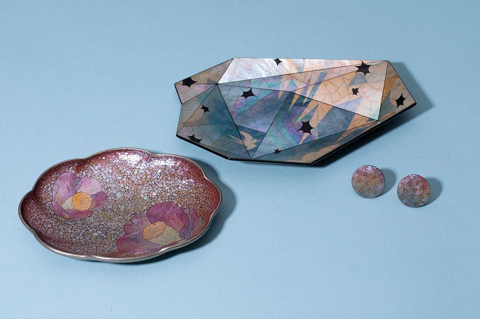 (左から) 螺鈿小皿 椿 / 螺鈿小皿 電気石 / イヤリング