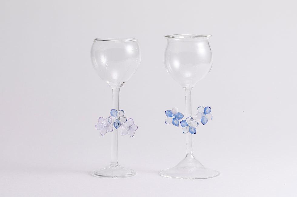 (左から)淡い青色の花のグラスD / 淡い青色の花のグラスC
