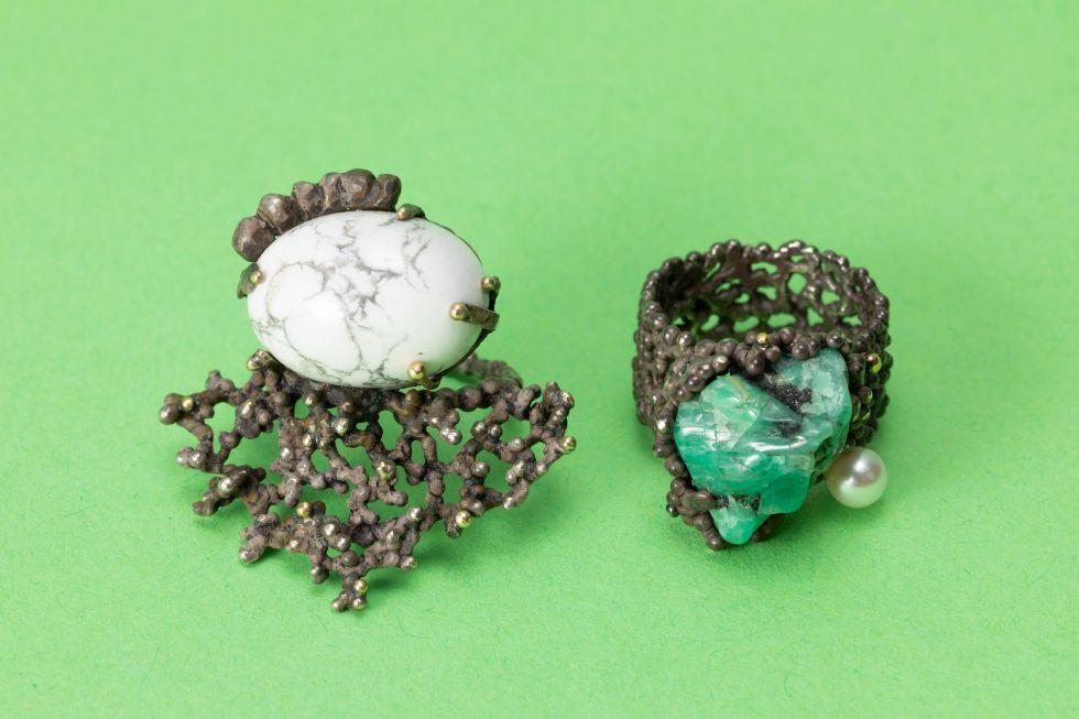 左:SORA RING / 右:MIKROS RING エメラルド原石