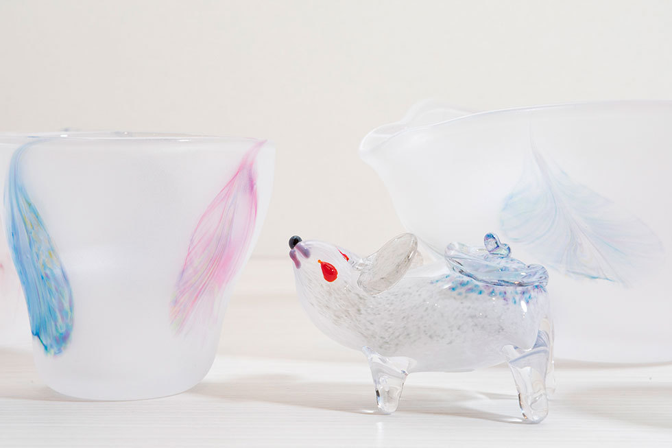 左右:添田亜希子「淡花シリーズ フリー変形グラス/浅片口大」 中:「干支 子」