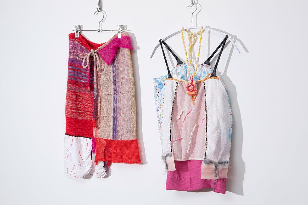 左:竹下洋子「テキスタイル付きニットスカート」(50,600円/税込)、右:竹下洋子「手描き布キャミソール ニット肩ひも付」(56,100円/税込)