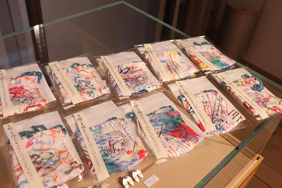 竹下洋子「手縫い手描きテキスタイルアマビエマスク」